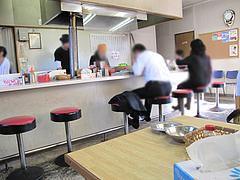 店内:カウンターとテーブル席@、、(てんてん)ラーメン・井尻