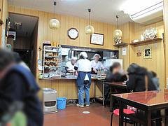 店内:カウンターとテーブル席@はるやうどん・小倉