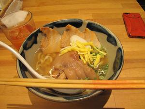 7テビチそば500円+ラフティー200円@談四朗キッチン
