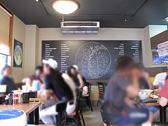 7店内:テーブル席8卓@博多六分儀ラーメン・西片江店