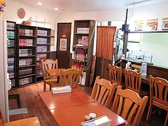 3店内:まんが・カウンター・テーブル@スターカレー大橋店