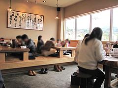 店内:テーブルと小上がり@ラーメン龍の家・春日下白水店