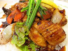 料理:牛ホルモン焼丼アップ@小さな洋食屋おがわ・警固