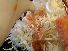 料理:キャベツ千切りのドレッシングかける@串揚げ・ひょうたん・赤坂店