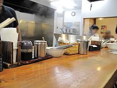 12店内:カウンターのみ@博多ラーメン膳・天神メディアモール店