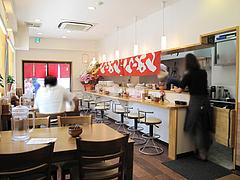 2店内:テーブルとカウンター@ラーメン店・らーめん桜蔵・住吉・美野島