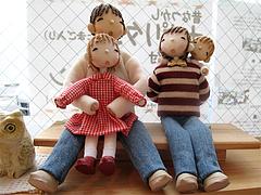 店内:お人形・家族ベンチ@はかまだ化粧品店・清川