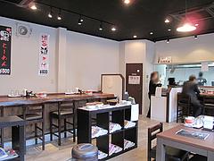 2店内:カウンター・テーブル・漬物コーナー@博多ラーメン・伍ノ壱・次郎丸