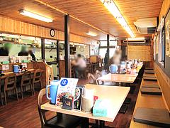 店内:カウンターとテーブル席@博多ラーメン麺王・名島店