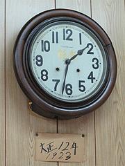 店内:古い時計・大正12年@長浜ラーメン量亭