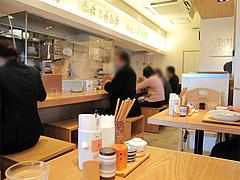 店内:テーブル席とカウンター席@讃岐うどん志成(しなり)