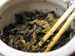 9料理:卓上の辛子高菜@港のホルモン・嘘の三八・ベイサイドプレイス博多