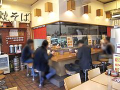 店内:カウンターとテーブル席@麺焼そば・バソキ屋
