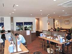 店内カウンターとテーブル44席@麺's ら・ぱしゃ・那珂川店