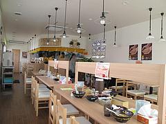 店内:カウンターとテーブル@ラー麦や・ラーメン