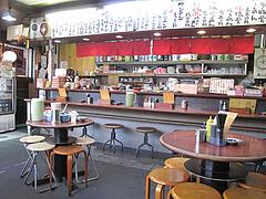 2店内:カウンターとテーブル席@ラーメン博多荘・中州