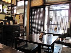 店内:カウンターとテーブル席@博多煮うどん・虹の家(ななのや)