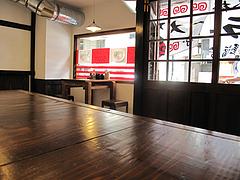 店内:カウンターとテーブル@麺屋・福芳亭ラーメン・平尾