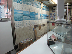 4店内:Lの字カウンターとカレンダー@古流さぬきうどん・むら・博多区東光