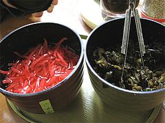 店内:紅しょうがと辛子高菜@博多めんとく屋(麺篤屋)