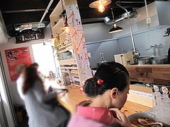 5店内:カウンター@博多担々麺まるみや・渡辺通り店・春吉