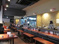 2店内:カウンターとテーブル席@札幌味噌ラーメン・すみれ・博多店