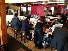 2店内:カウンター・テーブル・小上がり@黒豚ラーメン・黒豚ブラザーズ・大橋店
