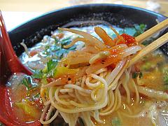 料理:白豚骨ラーメン麺アップ@拉麺空海・雑餉隈駅前店