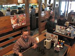 3店内:カウンターとテーブル@居酒屋しょうき・博多店