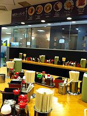 2店内:カウンターとテーブル@名代ラーメン亭・天神ビブレ店