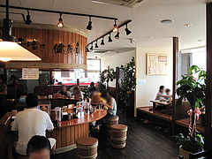 店内:カウンターと小上がり@蔵出し味噌・麺場・彰膳・東福岡店