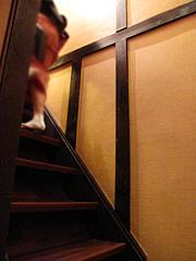 店内:古民家・階段@博多鶏と麺こはる・ラーメン居酒屋