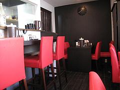 店内:厨房側カウンター席とテーブル席@麺屋まつけん・渡辺通・電気ビル裏