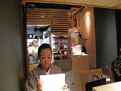 店内:テーブル席でメニュー選び@うどん麦の穂・中州