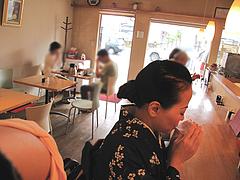 4店内:カウンターとテーブル@丸天うどん専門店・万平・七隈