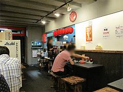 店内:小カウンターとテーブル席@拉麺帝国本店・サンセルコ地下