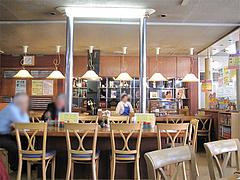 店内:カウンターとテーブル席@タケシタベーカリー喫茶部