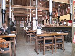 店内:テーブル席とカウンター@港のホルモン・嘘の三八・ベイサイドプレイス博多