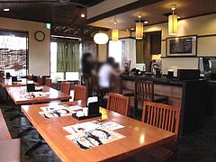 店内:カウンターとテーブル@生そば・あずま・長住店