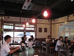 店内:大きなテーブルとバリアフリー@讃岐うどん大使・福岡麺通団