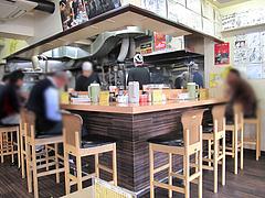 店内:カウンターとテーブル席@ラーメン・長浜ナンバーワン祇園店