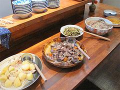 4店内:カウンター席の大皿料理@和食・四季菜・益々・小郡