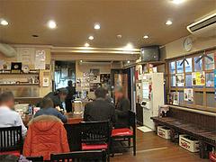 店内:カウンター席と待合席@中華そば藤王・小倉