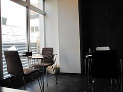 店内:窓際のテーブル@カフェ・バー・ミルクティー・天神今泉