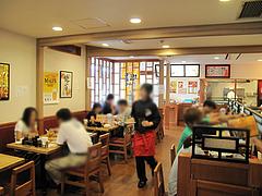 店内:カウンターとテーブル席@大阪王将・福岡春日店