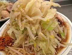 料理:らーめんの裏にチャーシューが2枚 。@らーめん大・福岡・大橋