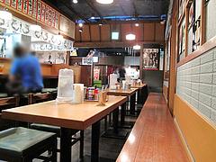 店内:カウンターとテーブル席@初代秀ちゃん・ラーメンスタジアム3・キャナルシティ博多