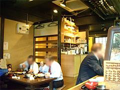 店内カウンターとテーブル@福岡・美野島・とろ家
