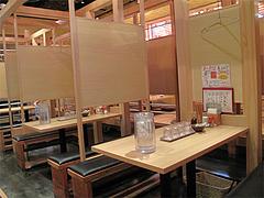 3店内:テーブル席と小上がり@AKAMARU食堂・電気ビル・渡辺通