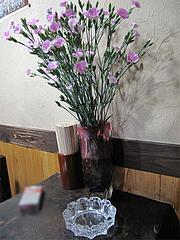 店内:テーブル席の花@くらり庵